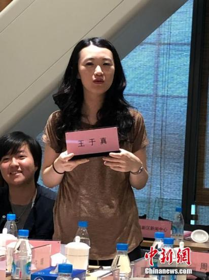 在苏州民族管弦乐团,台湾团员王于真介绍自己。为了让坐在后排的来访者也看到她的名字,她主动拿起自己的姓名牌做自我介绍。 朱晓颖 摄