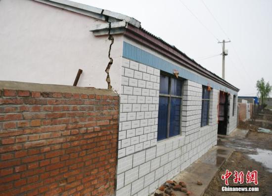 吉林松原发生5.1级地震 民居墙壁有裂痕。中新社记者 张瑶 摄