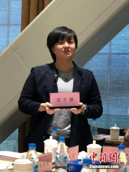 在苏州民族管弦乐团,23岁的台湾青年庄子惠是乐团最年轻的成员,如今是乐团琵琶代理首席。从台湾艺术大学毕业后,这里是她职场的第一个落点。为了让坐在后排的来访者也看到她的名字,她主动拿起自己的姓名牌做自我介绍。 朱晓颖 摄