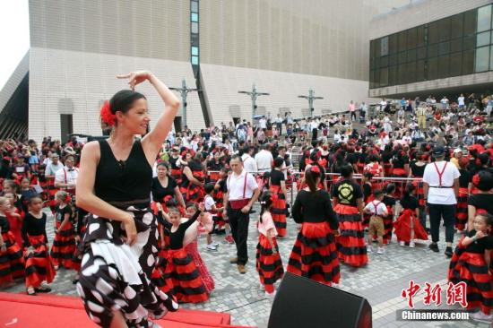 资料图:2019年5月18日,西班牙文化交流节,展现热情洋溢的风情。穿上具有浓厚西班牙民族色彩舞衣的市民,准备上场跳弗朗明哥舞蹈。<a target='_blank' href='http://www.chinanews.com/'>中新社</a>记者 洪少葵 摄