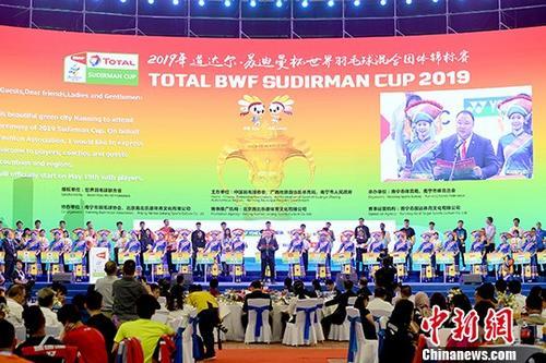 5月17日,2019年苏迪曼杯世界羽毛球混合团体锦标赛在广西南宁开幕。31个国家和地区的377名羽球健将齐聚于此,将在为期8天的赛程里进行巅峰对决。图为开幕式现场。中新社记者 俞靖 摄