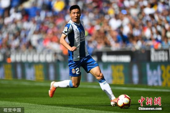 资料图:在西甲的首个赛季,武磊出战16场,打进3球并贡献2次助攻,为西班牙人进入欧联杯资格赛立下赫赫功劳。 图片来源:视觉中国