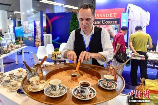 5月19日,咖啡师冲泡土耳其咖啡。当日,广州亚洲美食节系列活动——世界美食集锦开市迎客,近二十个国家驻穗领事馆、异国风味餐厅、广东本地名店共同参与。 中新社记者 陈骥旻 摄