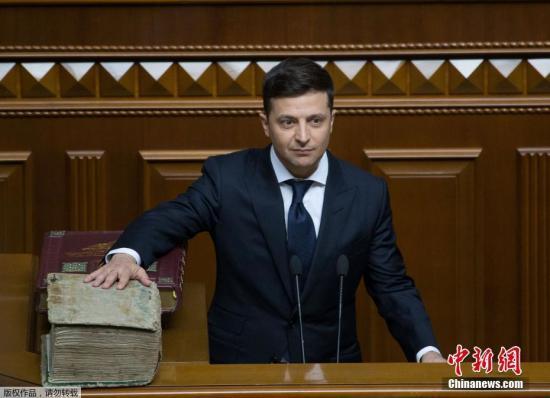 当地时间5月20日,乌克兰基辅,乌克兰新总统就职典礼举行,当选总统泽连斯基在议会宣誓就职。据此前报道,乌克兰3月31日举行总统选举,由于没有候选人获得50%以上选票,得票率前两名的泽连斯基和波罗申科进入第二轮选举。在4月21日举行的第二轮选举中,泽连斯基以73.22%的得票率位列第一,当选乌克兰总统。