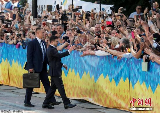 本地工夫5月20日,黑渴攀兰基辅,黑渴攀兰新总统就任仪式举办,被选总统泽连斯基正在议会宣誓就任。据此前报导,黑渴攀兰3月31日举办总统推举,因为出有候选人得到50%以上选票,得票率前两名的