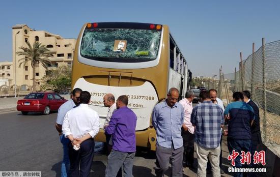 当地时间5月19日,埃及吉萨金字塔附近大巴车遭爆炸袭击现场。