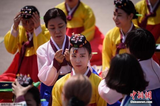 当地时间5月20日,韩国首尔年轻人穿着传统服装参加传统成人仪式,该仪式是为今年已满20岁或将满20岁的年轻人举办的,旨在提高他们对成人责任的认识。