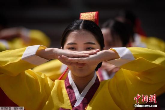 當地時間5月20日,韓國首爾年輕人穿著傳統服裝參加傳統成人儀式,該儀式是為今年已滿20歲或將滿20歲的年輕人舉辦的,旨在提高他們對成人責任的認識。