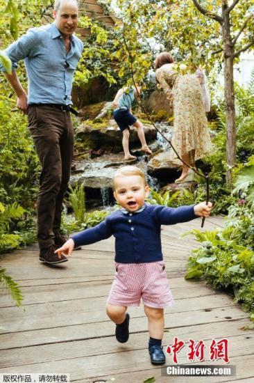 资料图:伦敦皇家园艺学会切尔西花展开幕,剑桥公爵夫妇带着乔治王子、夏洛特公主和路易斯王子参观了由亚当·怀特和安德里·戴维斯共同设计的回归自然的主题花园。