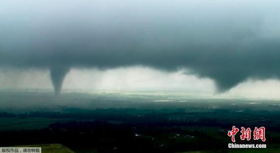 材料图@员天工夫5月20日,好国德克萨斯州战俄渴攀拉荷马州部门地域会迎去伤害气候,最少200万裙遭受龙卷风打击。图正在俄渴攀拉荷马州上空拍摄到的漏斗云。