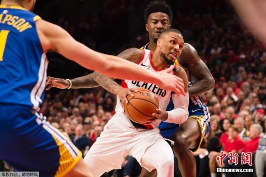 资料图:NBA西部决赛第四场,勇士通过加时赛以两分的优势119:117战胜开拓者,4-0横扫对手晋级总决赛。图为开拓者球员利拉德持球进攻。