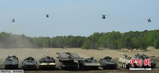 资料图:北约快反部队进行装备展示。