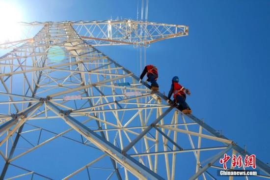 """资料图:被誉为""""电力天路""""的青藏交直流电力联网工程启动第八次设备年检工作。汪大鹏 摄"""