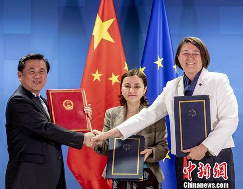 当地时间5月20日,中国与欧盟在布鲁塞尔首次签署民航领域协定,成为双方民航领域合作的重要里程碑。图为中国民用航空局局长冯正霖(左一)与欧盟轮值主席国代表罗马尼亚驻欧盟大使奥多贝斯库(图中)以及欧盟委员会负责交通事务的委员布尔茨(右一)在签字后合影。/p中新社发 欧盟供图 摄