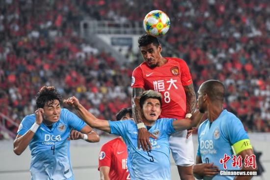 闯过小组赛阶段的考验,恒大(红)将在亚冠1/8决赛中遭遇山东鲁能,连续第三个赛季在淘汰赛阶段陷入中超内战。 中新社记者 陈骥旻 摄