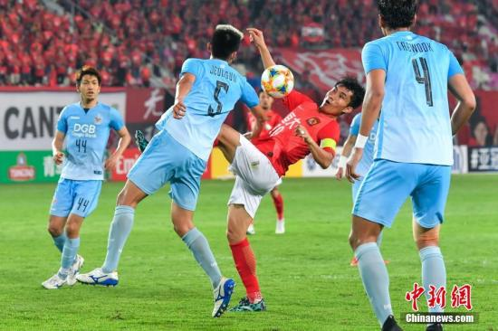 郑智(红)压阵,恒大第二道防线在比赛中频频帮助球队化险为夷。中新社记者 陈骥旻 摄