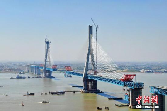 材料图:船舶式椠沪通少江年夜桥。 许丛军 摄