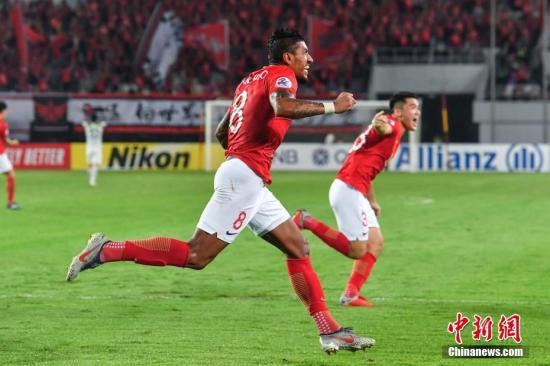 保利尼奥(左)庆祝进球。中新社记者 陈骥旻 摄