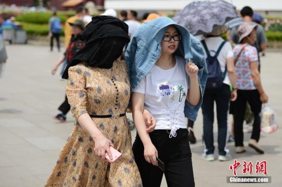 """材料图:5月22日,正在北天安门前玩的客""""花式""""遮阳。a target='_blank' href='http://www.chinanews.com/'种孤社/a记者 张兴龙 摄"""
