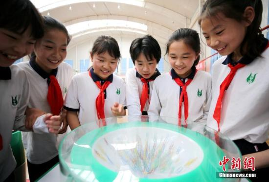 资料图:小学生参观科技馆。中新社记者 宋敏涛 摄
