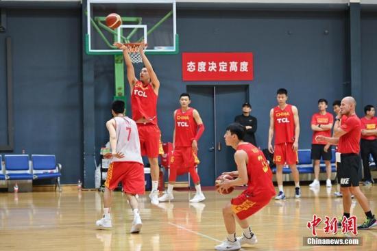 5月23日,正在备战2019年男篮世界杯的中国男篮集训队在北京举行公开训练课。图为集训队成员在进行跑投训练。<a target='_blank' href='http://www.yongnian.com/'>永年信息社</a>记者 崔楠 摄