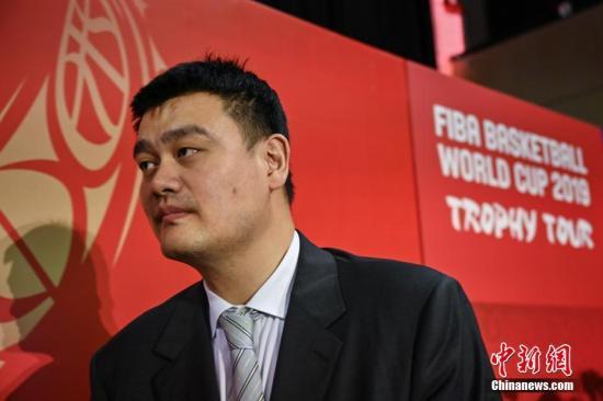 姚明:我太难了。(设计台词 资料图:5月23日,2019年国际篮联篮球世界杯倒计时100天启动仪式在北京举行。据悉,2019年国际篮联篮球世界杯将于8月31日至9月15日在北京、上海、南京、武汉、广州、深圳、佛山、东莞这八座城市举行。图为姚明在仪式结束后离开会场。<a target='_blank' href='http://yrshce.com/'>中新社</a>记者 崔楠 摄)