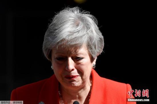"""资料图:当地时间5月24日,英国首相特蕾莎·梅在与""""1922委员会""""主席布雷迪会面后宣布,将于6月7日辞去党首职位,并于6月10日开始的一周开启保守党领导权争夺战,在新任党魁选出后,她将卸任首相一职。"""