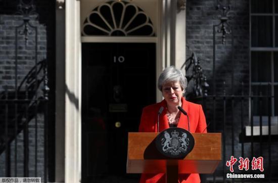 """当地时间5月24日,英国首相特蕾莎·梅在与""""1922委员会""""主席布雷迪会面后宣布,将于6月7日辞去党首职位,并于6月10日开始的一周开启保守党领导权争夺战,在新任党魁选出后,她将卸任首相一职。"""