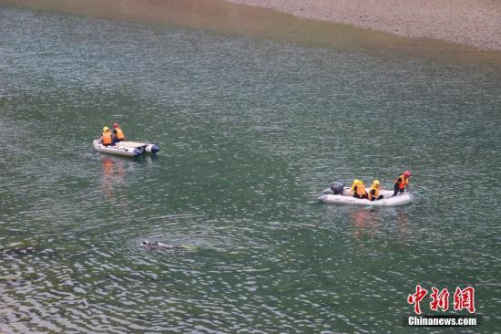 原料图:贵州贞丰船只侧翻事故声援现场。中新社发 黎峻男 摄