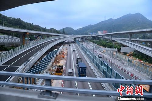 5月24日,香园围公路即将通车。由香港土木工程拓展署负责建造的香园围公路将于本月26日正式通车。公路全长11公里,当中,龙山隧道和长山隧道总长约5.5公里,其余路段是高架桥和地面道路。沿途设有4个交汇处,分别接驳粉岭公路、沙头角公路、坪洋地区道路和莲麻坑路。中新社记者 李志华 摄