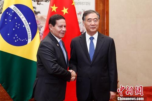 5月24日,全国政协主席汪洋在北京人民大会堂会见巴西副总统莫朗。中新社记者 盛佳鹏 摄