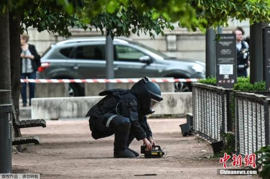 材料图@员天工夫5月24日,炸弹处置转接正在里昂市中间的步止角?炸现场。开端查询拜访认爆炸有多是包裹炸弹而至。多名伤者皆是腿足受伤。伤者挚?包罗一位女童。