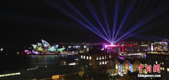 5月24日,缤纷悉尼灯光音乐节(Vivid Sydney)揭幕。这是南半球局限最为复杂的音乐、灯光、观念性艺术节,勾当将一连到6月15日。图为悉尼歌剧院现场。/p中新社发 姜长庚 摄