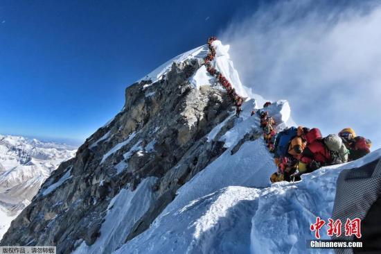 图为数百名登山者在珠峰登顶之路上排队。