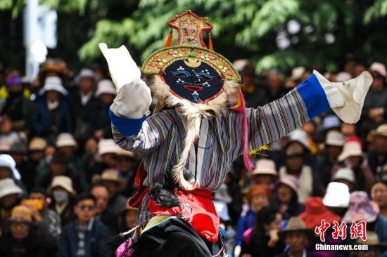 资料图:布达拉宫脚下上演古老藏戏。中新社</a>记者 何蓬磊 摄