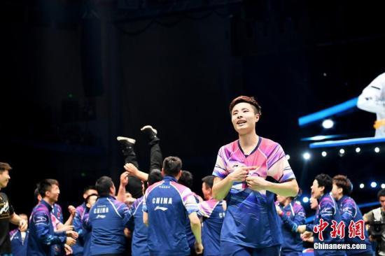 资料图:中国羽毛球队庆祝苏迪曼杯夺冠。图为中国队选手石宇奇。<a target='_blank' href='http://www.zgzps.com/'>中新社</a>记者 俞靖 摄
