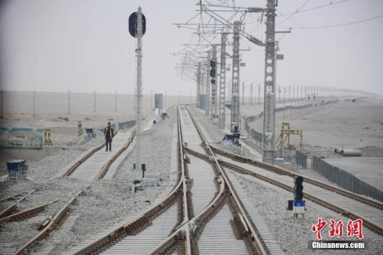图为5月14日,建设中的格库铁路青海段穿越茫茫戈壁。中新社记者 陈韬彬 摄