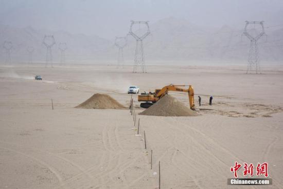图为5月14日,建设中的格库铁路青海段沿线。中新社记者 陈韬彬 摄