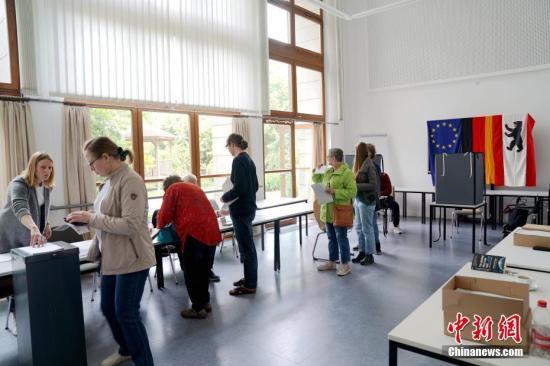 当地时间5月26日上午,比利时等21个欧盟成员国的投票站正式向选民开放。在五年一度的欧洲议会选举中,每个欧盟国家都有自己的投票规则,荷兰与英国率先在23日举行了投票,包括比利时、法国、德国等在内的大部分欧盟成员国在26日举行投票。图为26日上午,选民在柏林市内的一处投票站投票。/p中新社记者 彭大伟 摄