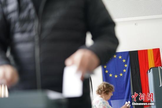 资料图:当地时间5月26日上午,比利时等21个欧盟成员国的投票站正式向选民开放。在五年一度的欧洲议会选举中,每个欧盟国家都有自己的投票规则,荷兰与英国率先在23日举行了投票,包括比利时、法国、德国等在内的大部分欧盟成员国在26日举行投票。图为26日上午,选民在柏林市内的一处投票站投票。<a target='_blank' href='http://www.chinanews.com/'>中新社</a>记者 彭大伟 摄