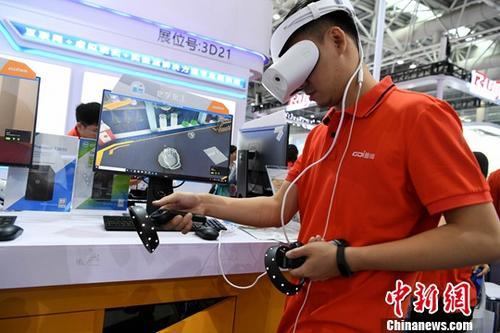材料图:VR装备体验。a target='_blank' href='http://www.chinanews.com/'中新社/a记者 王东明 摄