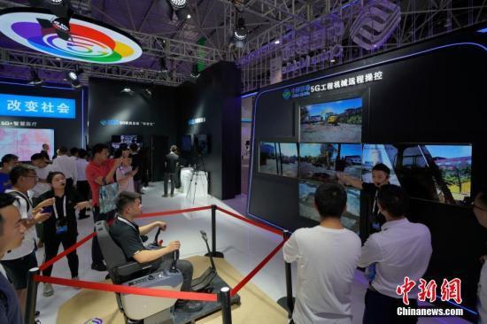 材料图:5G工程机器长途操控发掘机演示。a target='_blank' href='http://www.chinanews.com/'种孤社/a记者 俊怡 摄