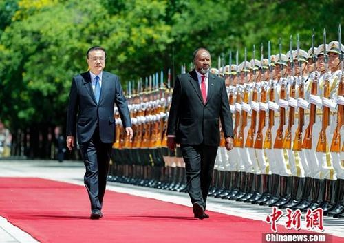 5月27日上午,中国国务院总理李克强在北京人民大会堂同瓦努阿图总理萨尔维举行会谈。会谈前,李克强在人民大会堂东门外广场为萨尔维举行欢迎仪式。中新社记者 刘震 摄