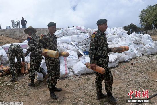 当地时间2019年5月27日,尼泊尔军方和夏尔巴人志愿者在珠穆朗玛峰顶共计回收了10吨垃圾。据悉,收集的垃圾将被送到加德满都进行回收利用。