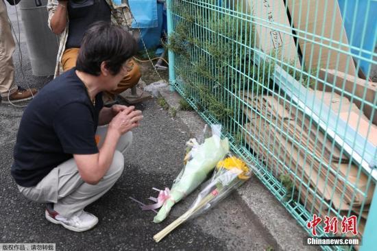 当地时间5月28日,日本神奈川县川崎市持刀伤人。案发生之后,当地民多自愿来到案发现场附近街道,献花悼念遇难者。当日上午7时45分前后,警方接获通报称,神奈川县川崎市幼田急线登户站挨近登户第一公园的路上,有多人。被刺伤。事发现场在登户站去西约200米的住宅区,挨近登户第一公园。登户第一公园是学童接驳巴士的荟萃地点,事件发生时正益是上学时间。