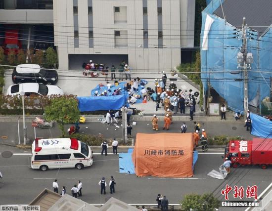 资料图:当地时间5月28日,日本川崎,急救人员在持刀伤人事件现场对伤者进行救护。据外媒5月28日报道,日本东京附近的川崎市发生持刀伤人事件,共15人被刺,其中包括多名小学生。目前,已有一名男性嫌犯被捕。