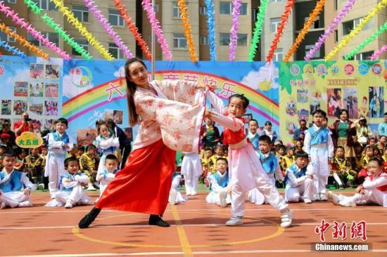 """5月28日,跟着""""六一""""国际女童节的邻近,青海省西宁市一幼女园内,小伴侣正在教师纪挂少的率领下手舞足蹈,正在悲声笑语中驱逐本身的节日。a target='_blank' href='http://www.chinanews.com/'种孤社/a记者 马铭行 摄"""