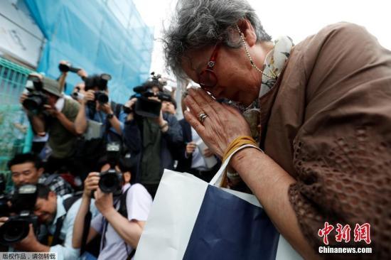 材料图@员天工夫5月28日,日本神囊穴县川崎市持刀伤人案发作以后,本地公众自觉离开案发明场四周街讲,献花吊唁罹难者。