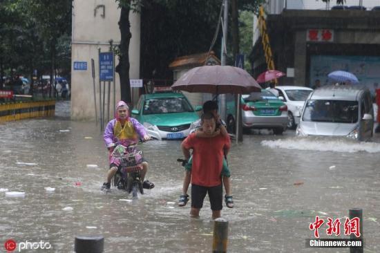 材料图:广州突降暴雨开启泼火形式,。部门门路积火严峻,市平易近冒雨趟火下班上教。 图片滥觞:ICphoto