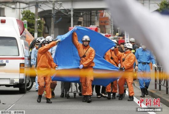 材料图@员天工夫5月28日,日本川崎,抢救职员正在持刀伤人事现场对伤者停止救护。据中媒5月28日报导,日本东四周的川崎市发作持刀伤人事,共16人被刺,此中包罗多名小门生。